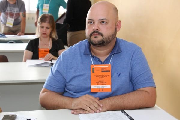 Tulio Filho, presidente da ProDesign>pr durante as discussões em grupo.